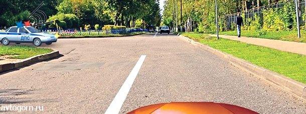 картинка вопроса При движении в каком направлении Вы должны уступить дорогу автомобилю с включенными проблесковым маячком и специальным звуковым сигналом