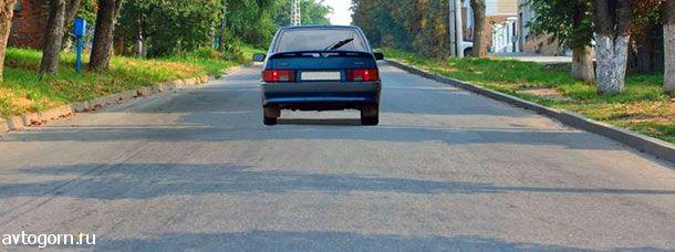 Соответствуют ли действия водителя Правилам, если он движется посередине дороги