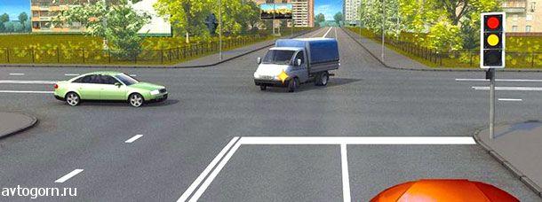 При включении зеленого сигнала светофора Вы должны уступить дорогу