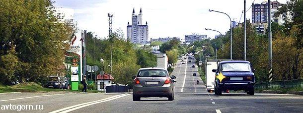 Обязан ли водитель автомобиля, который движется по левой полосе, уступить дорогу в данной ситуации