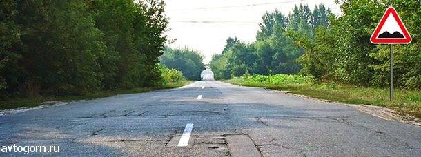 На каком расстоянии до неровного участка дороги устанавливается этот знак вне населенного пункта