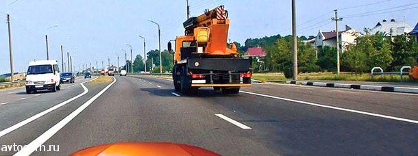 По какой полосе Вам можно продолжить движение в населенном пункте после опережения грузового автомобиля