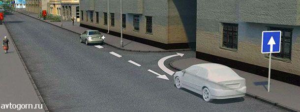 Водитель случайно проехал нужный въезд во двор. Разрешено ли в этой ситуации использовать задний ход, чтобы затем повернуть направо