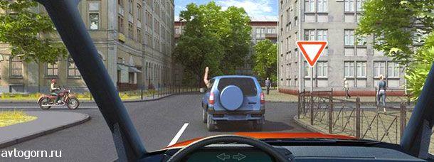 Поднятая вверх рука водителя легкового автомобиля является сигналом, информирующим Вас о его намерении