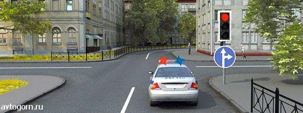В данной ситуации водитель автомобиля с включенными проблесковыми маячками