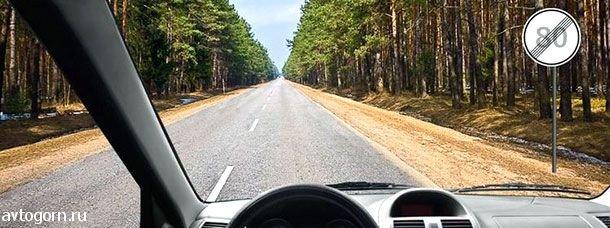 С какой максимальной скоростью Вы имеете право продолжить движение вне населенных пунктов на грузовом автомобиле с разрешенной максимальной массой не более 3,5 т