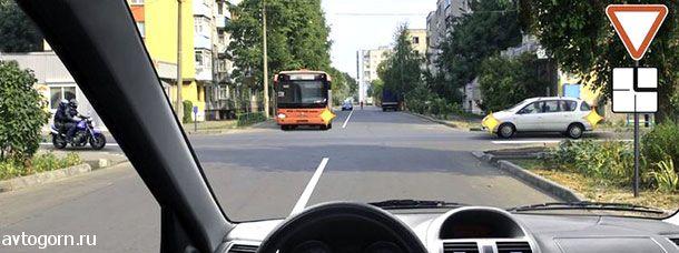 При движении прямо Вы обязаны уступить дорогу