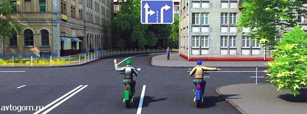 Такой сигнал рукой, подаваемый водителем мотоцикла, который движется по левой полосе, информирует о его намерении
