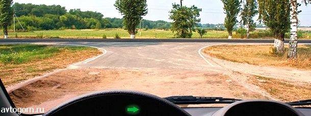 Выезжая с грунтовой дороги на перекресток, Вы попадаете