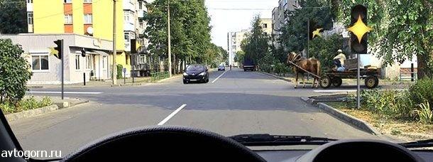 Вы намерены продолжить движение прямо при желтом мигающем сигнале светофора. Ваши действия