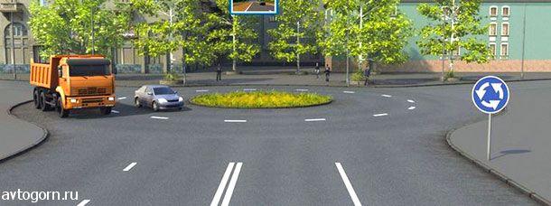 В каком направлении разрешено продолжить движение водителю легкового автомобиля