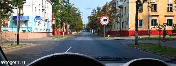Разрешено ли Вам при управлении легковым автомобилем с прицепом продолжить движение в прямом направлении?