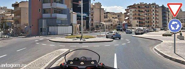 Обязаны ли Вы включить указатели правого поворота перед въездом на этот перекресток?