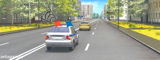 Как следует поступить водителю легкового автомобиля при приближении автомобиля оперативной службы