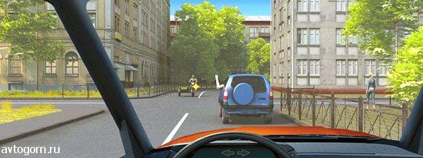 Согнутая в локте рука водителя автомобиля является сигналом, информирующим Вас о его намерении