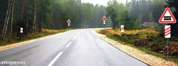 Предупреждающий знак дорожный переезд со шлагбаумом
