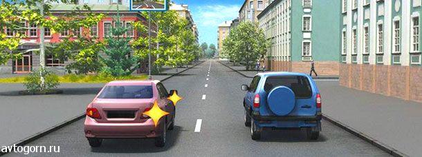 Водитель автомобиля, выполняющий перестроение на правую полосу, в данной ситуации