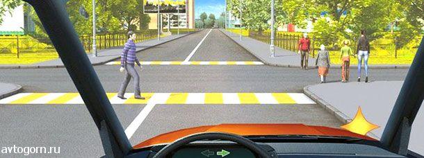 Кому Вы должны уступить дорогу при повороте направо