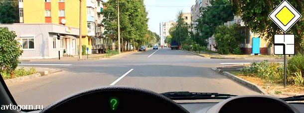 Вы намерены продолжить движение по главной дороге. Обязаны ли Вы включить указатели левого поворота