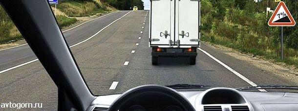 Разрешается ли Вам в конце подъема перестроиться на среднюю полосу для опережения грузового автомобиля