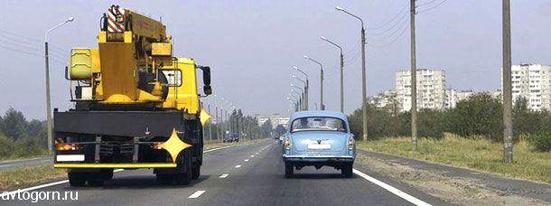 Обязан ли водитель легкового автомобиля уступить дорогу водителю грузового автомобиля